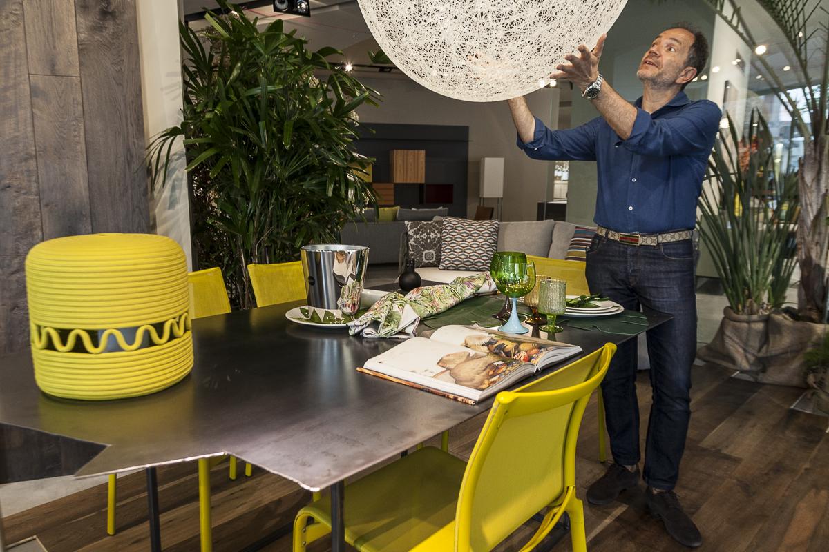 L'architetto Vittorio Battaglia controlla gli ultimi dettagli prima dell'apertura al pubblico.