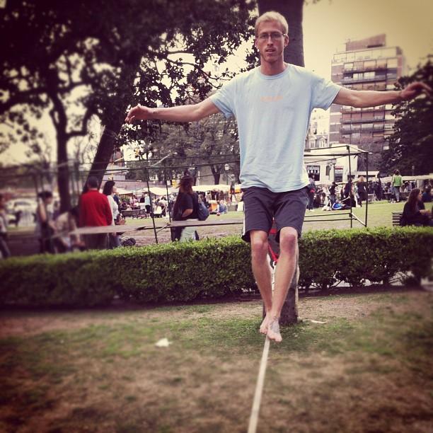 Dan learns to walk on the slack line in a porteño park