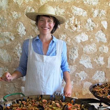 And suddenly a straw hat. Yes! we definitevely have now an outfit to match our food experiences. Do you like it?  #events #mallorca #paella #foodculture #privatechef #experience #foodtravel #arroz #travel #spain #details #sustainablehedonism #local