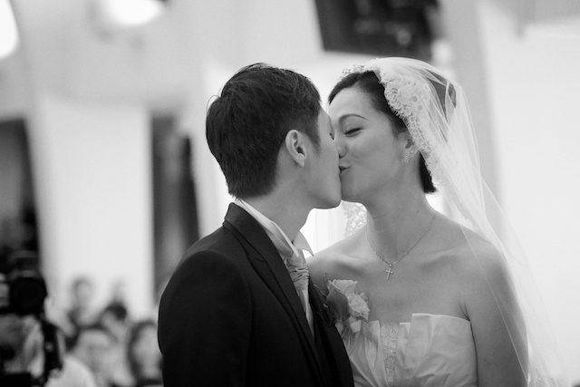 Hong-Kong-wedding-union-church-bride-groom-marriage-alter-first-kiss-black-and-white