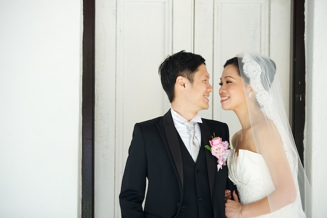 Hong-Kong-Park-wedding-bride-groom-portrait-session-door-happy