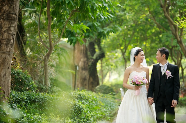 Hong-Kong-Park-wedding-bride-groom-portrait-session-happy-holding-hands