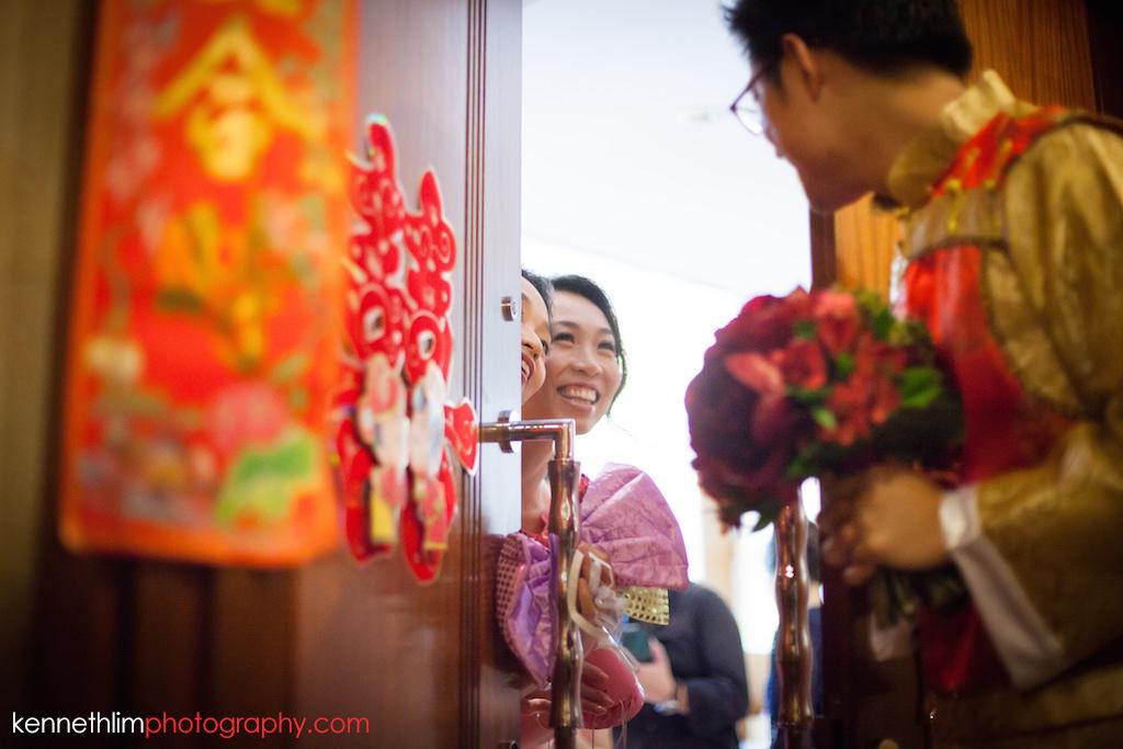 Hong Kong Wedding photography one thirty one morning door games bridesmaids having fun