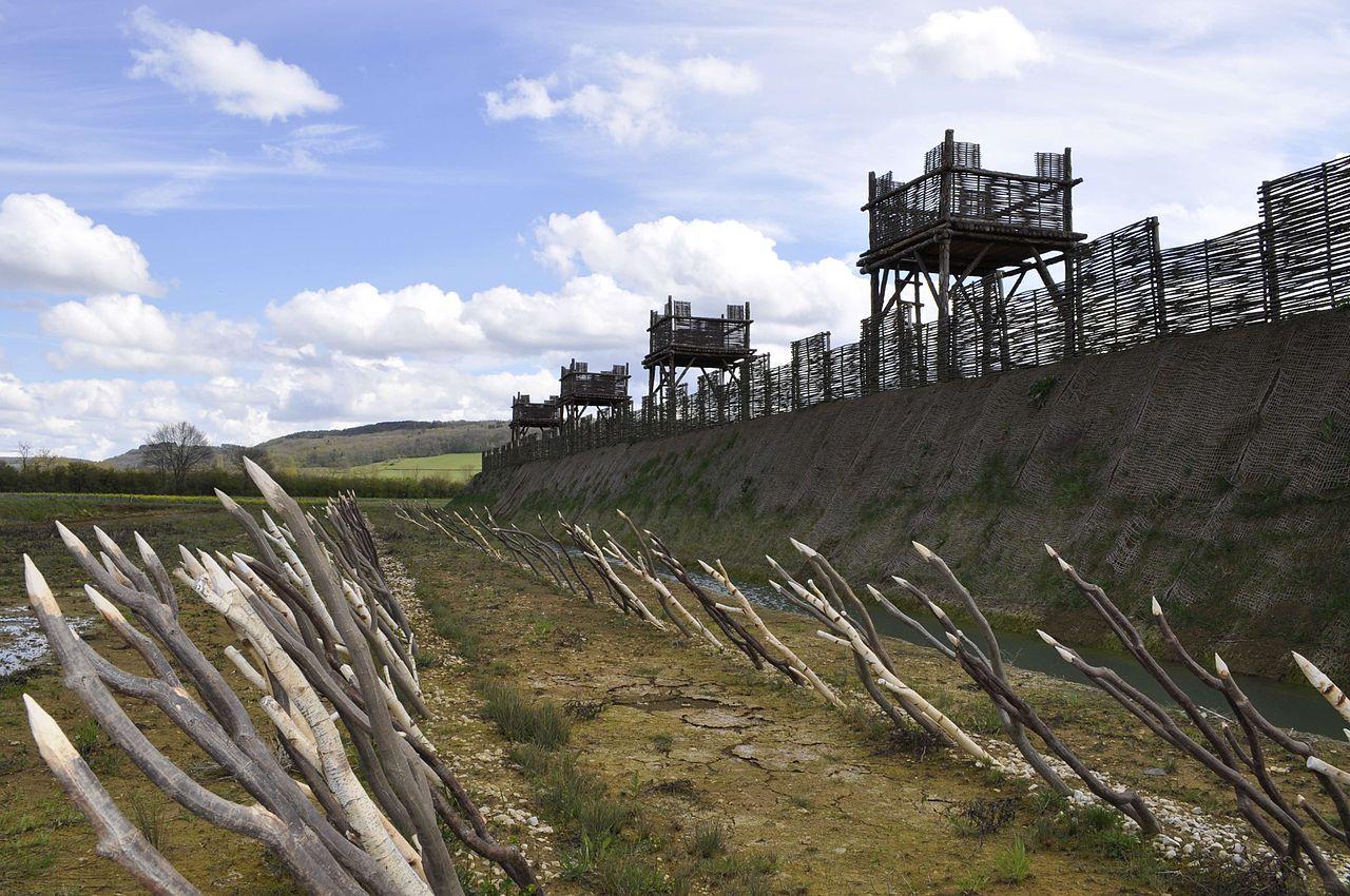 Roman Castra camp seize valum px-Muséoparc_d'Alésia_fortifications.jpg