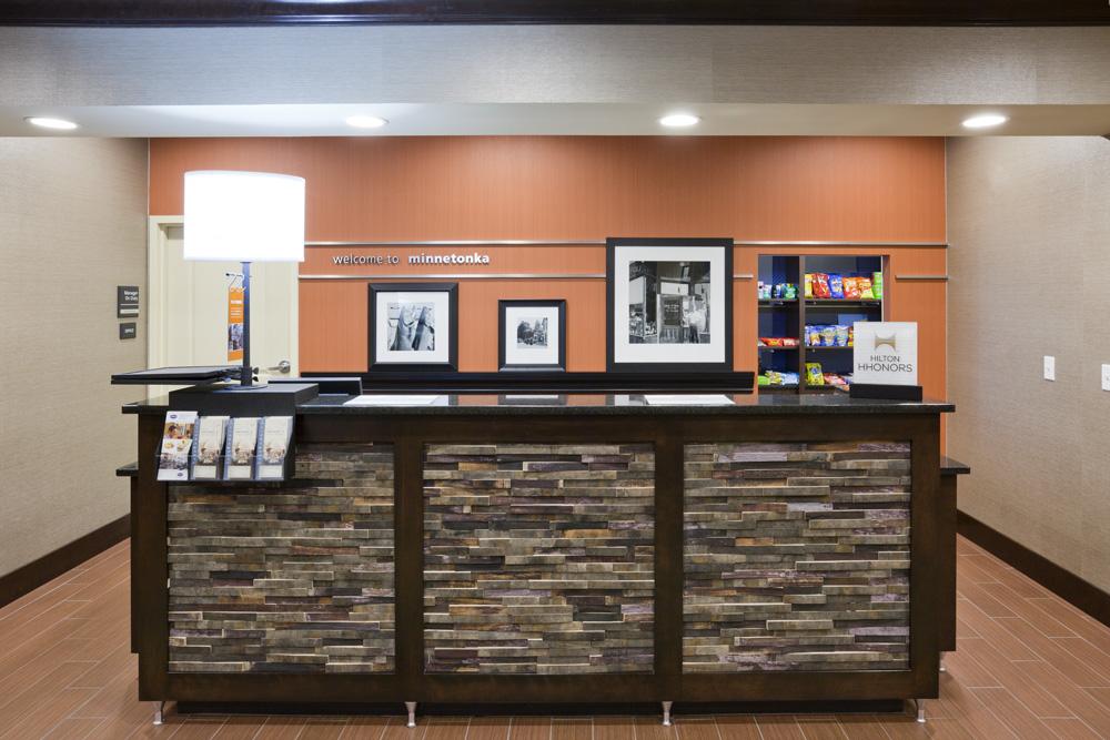 Front desk in the Hampton Inn in Minnetonka, MN