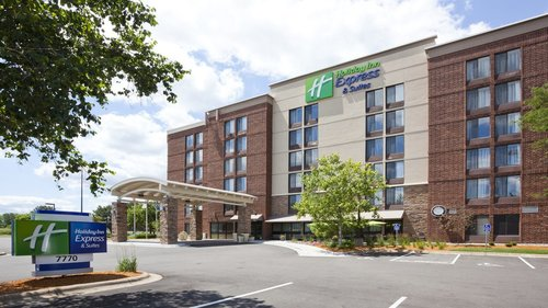 Outside view of the Holiday Inn Express in Bloomington, MN
