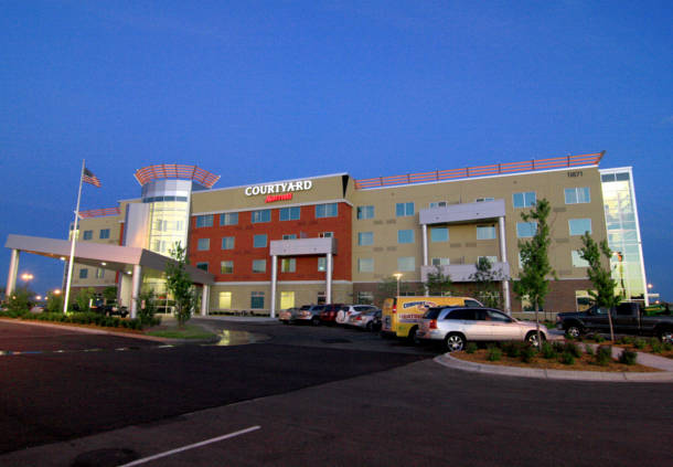 Night time view of the Courtyard Marriott in Maple Grove, MN