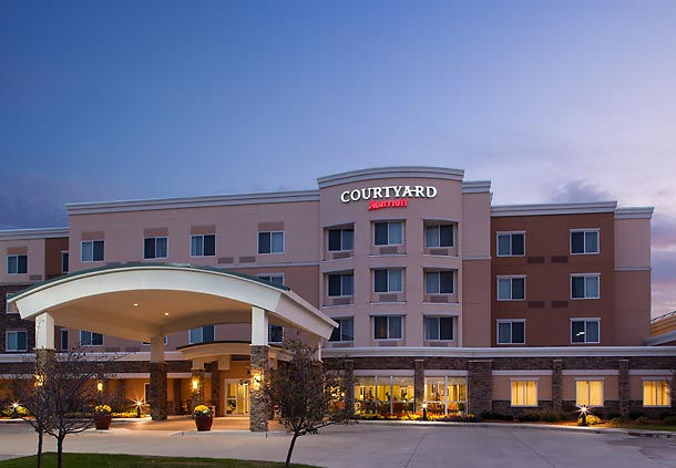 Night time view of the Courtyard Marriott in Ankeny, IA