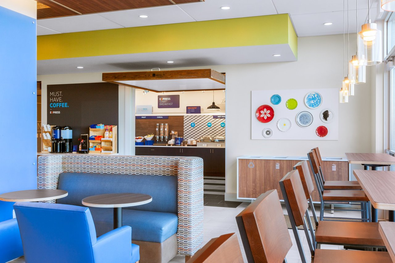 Breakfast seating area in the Holiday Inn Express & Suites in Union Gap, WA