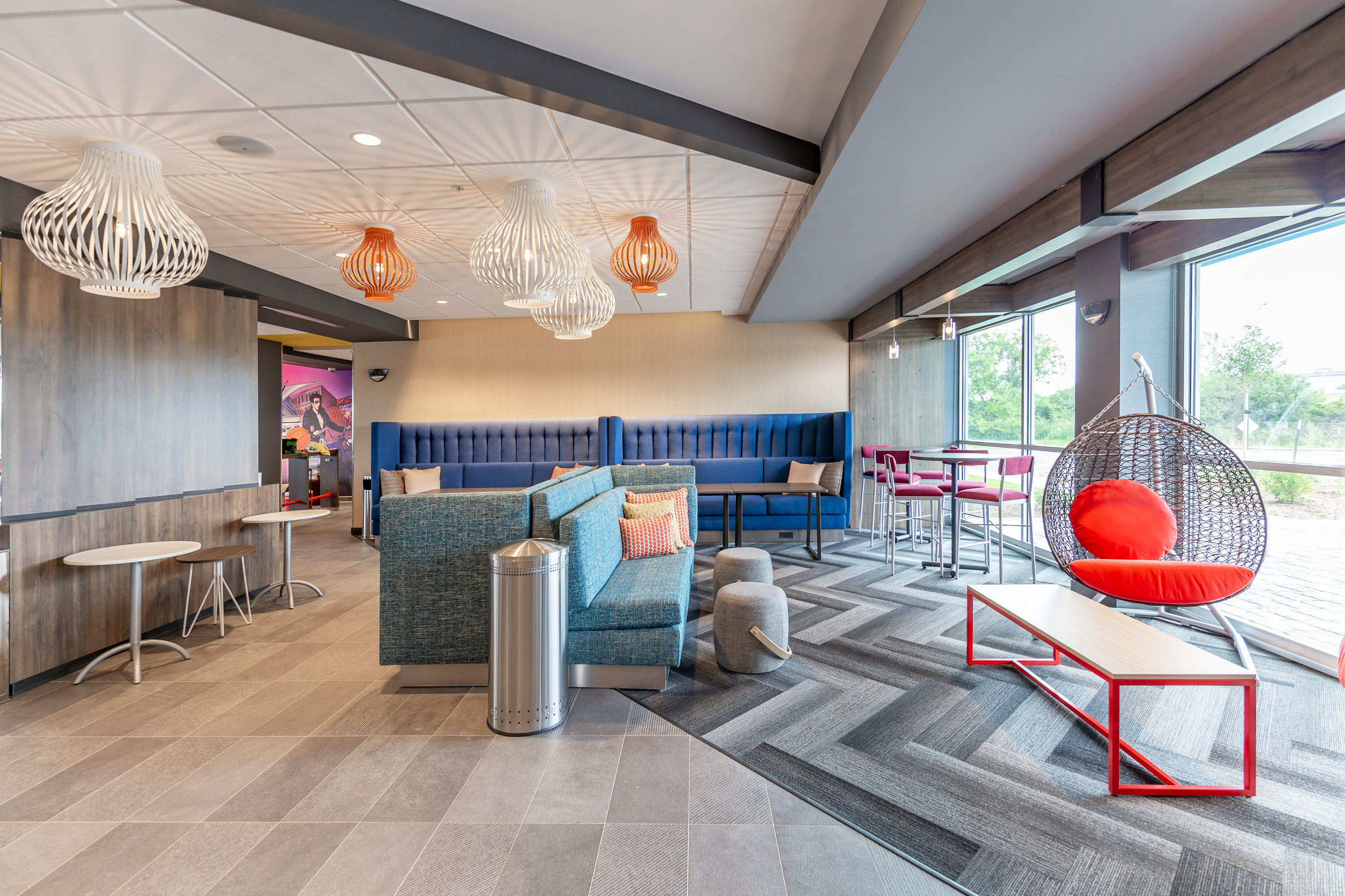 Lunge/hangout area in Tru by Hilton in Brookfield, WI