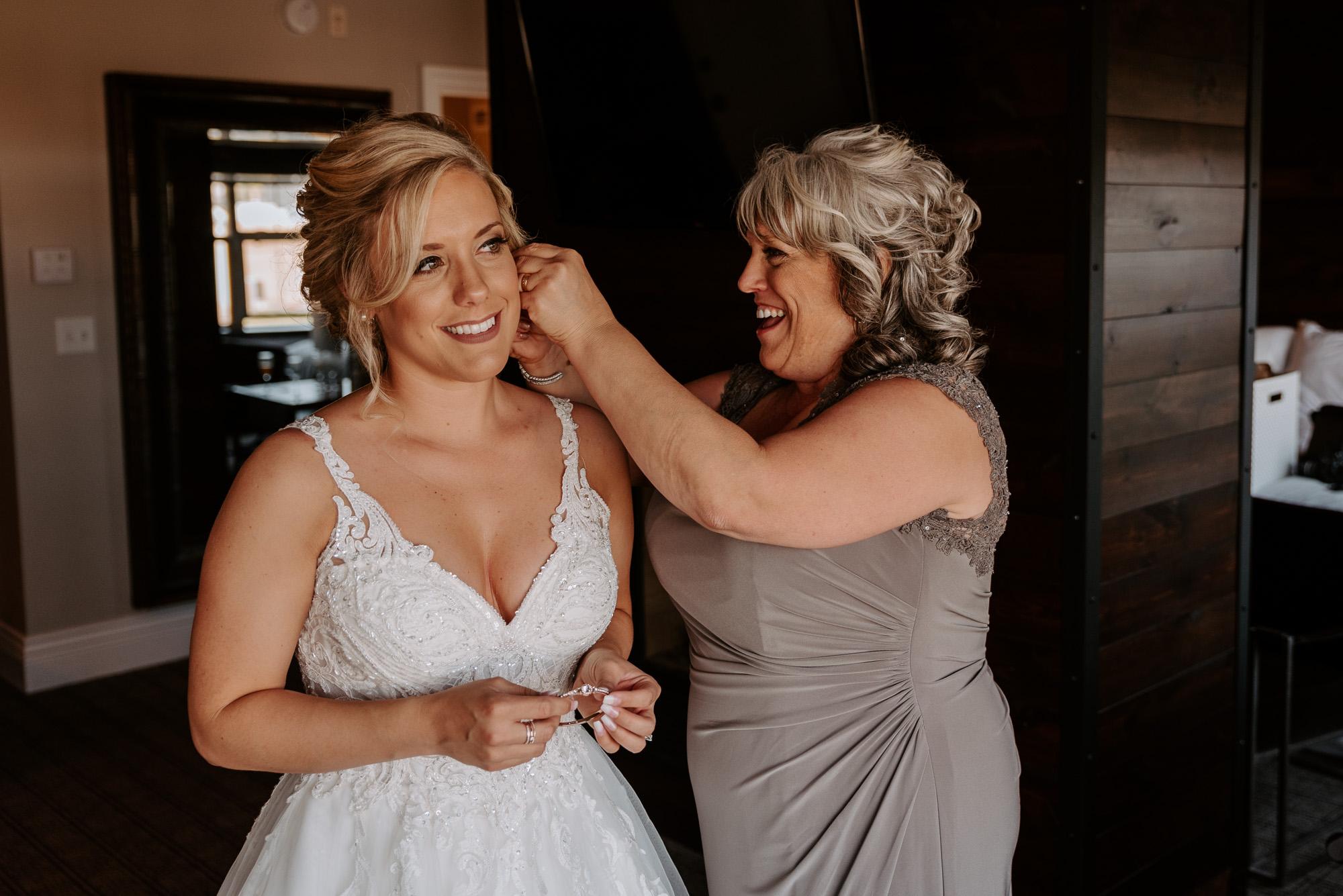 ironworks-hotel-wedding-photos-beloit-wi-wedding-photographers-54.jpg