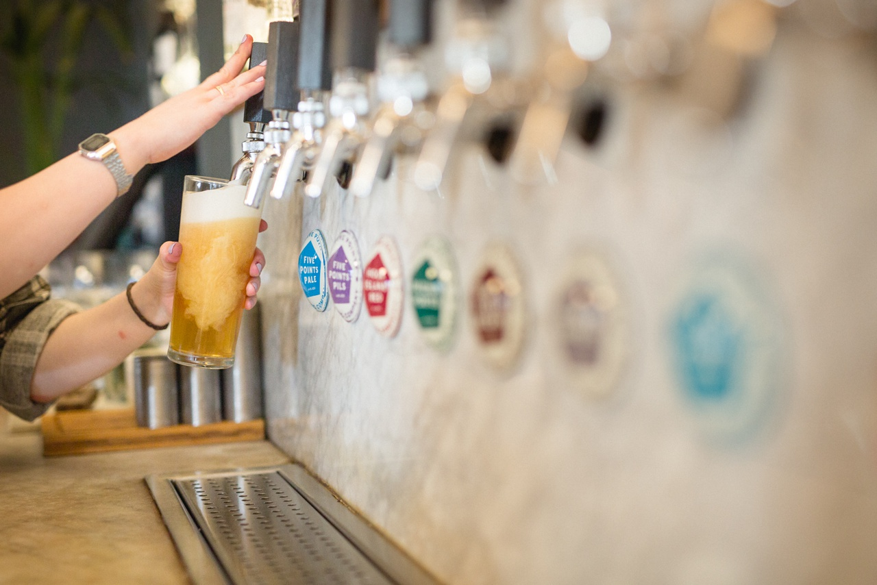 beer pouring at turks head leeds commercial photographer