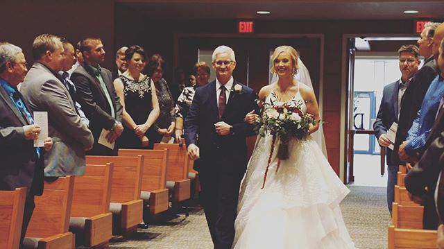 The stunning bride with her father. Swipe to see the groom's reaction! 😭 👉🏼