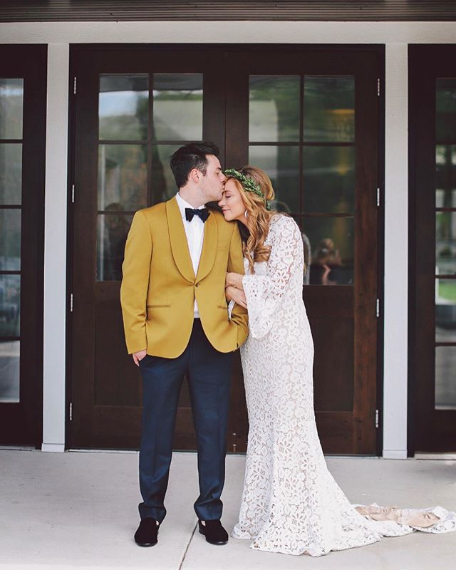 Kelsey + Matthew, married in Minneapolis and the definition of chic and unique style. ALL about her @bylillianwest bell sleeves and his mustard tux jacket! 💛💛💛 • photos @andrewvickphotography • venue @thehuttonhouse