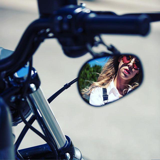 Mirror, mirror on the bike...👀 📸 @tannewillow . . . . . . . . . #marley #iron883 #ironpussy #harleydavidson #bikerchick #fairytale #mirror