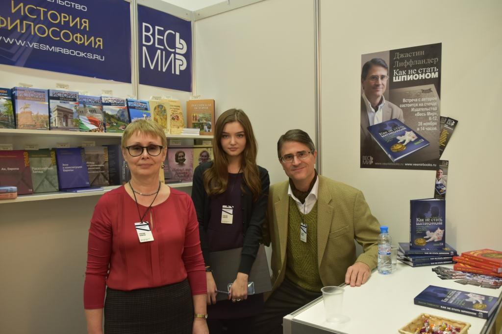 My editors and I: Marina Dyadunova and Alina Ruclyaeva at the fair Non/fiction