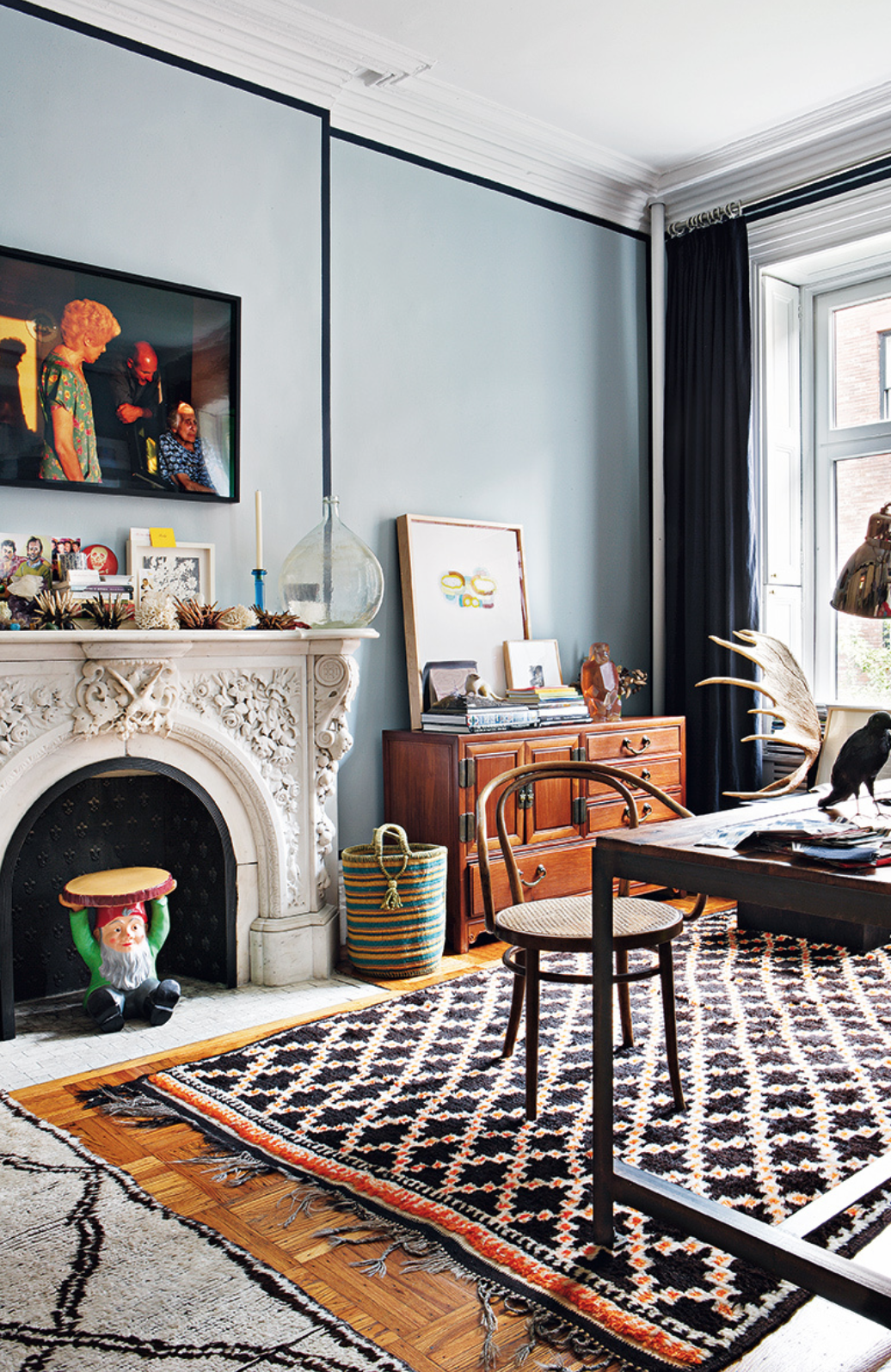 Photo courtesy of Elle Decor Espana (Look at the border around the walls in navy- such a cool design detail!)