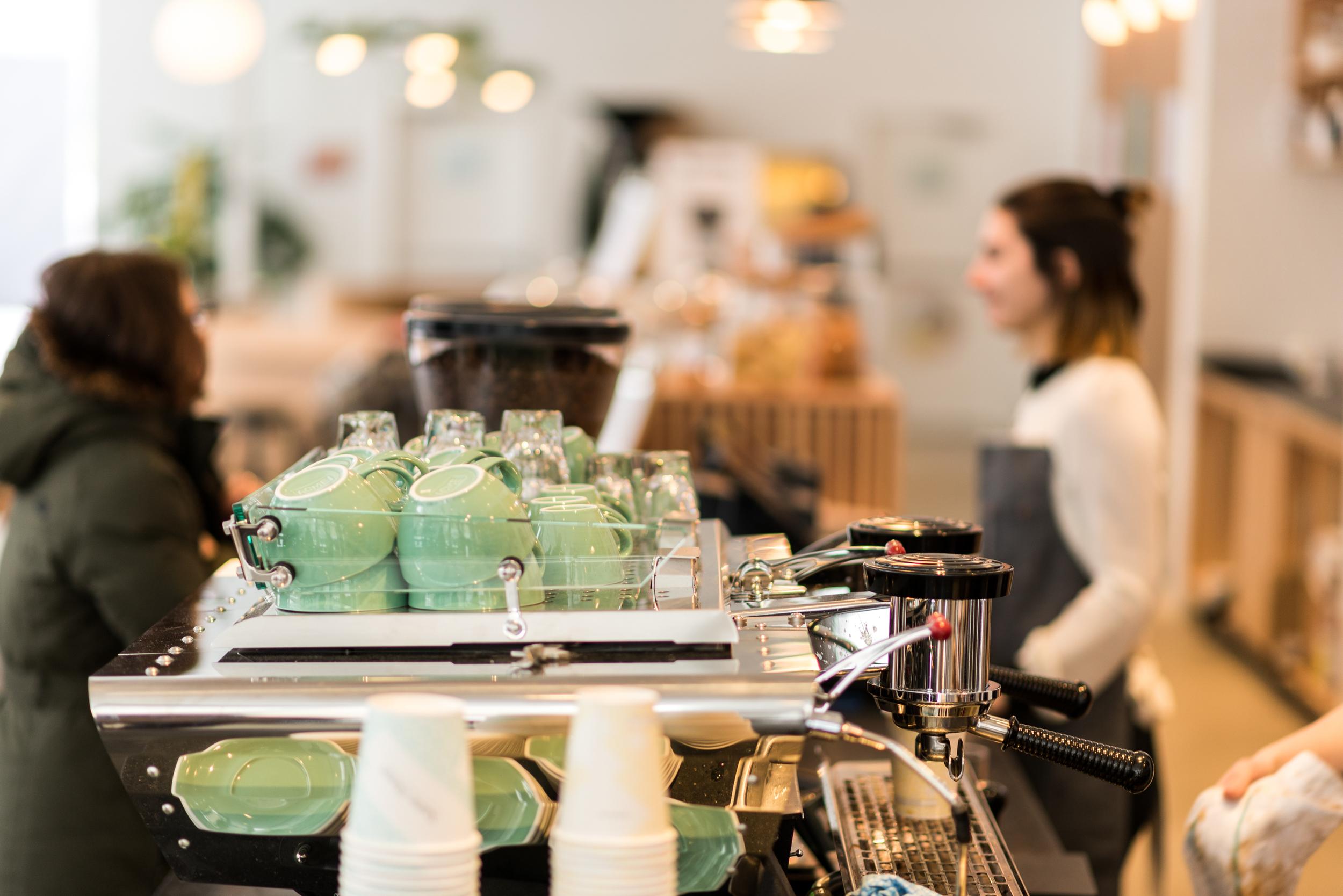 Superbes tasses et machine espresso