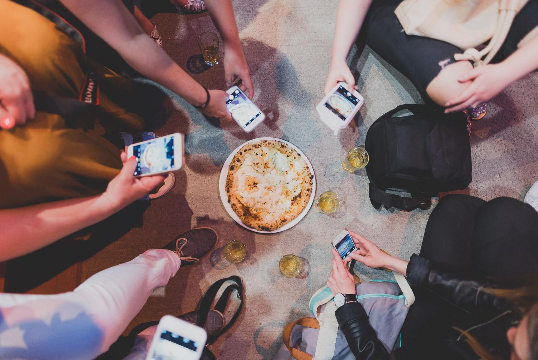 Une pizza cochonne, festive, à non pas quatre mais bien CINQ fromages! Donc, ces fromages : Le Hercule et l'Emmenthal de Charlevoix, Le Grondines, Padano et mozzarella fraîche, ail, origan, et huile d'olive chez Nina pizza napolitaine pour le Carrefour international de théâtre de Québec