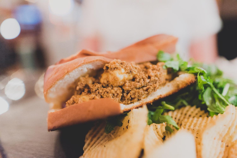 Coney Island   Saucisse de sanglier William J. Walters à la Guinness et au poivre vert dans un pain brioché avec sauce à la viande à la St-So, fromage en grains et side de chips chez Le Griendel: Brasserie Artisanale pour le Carrefour International de Théâtre de Québec