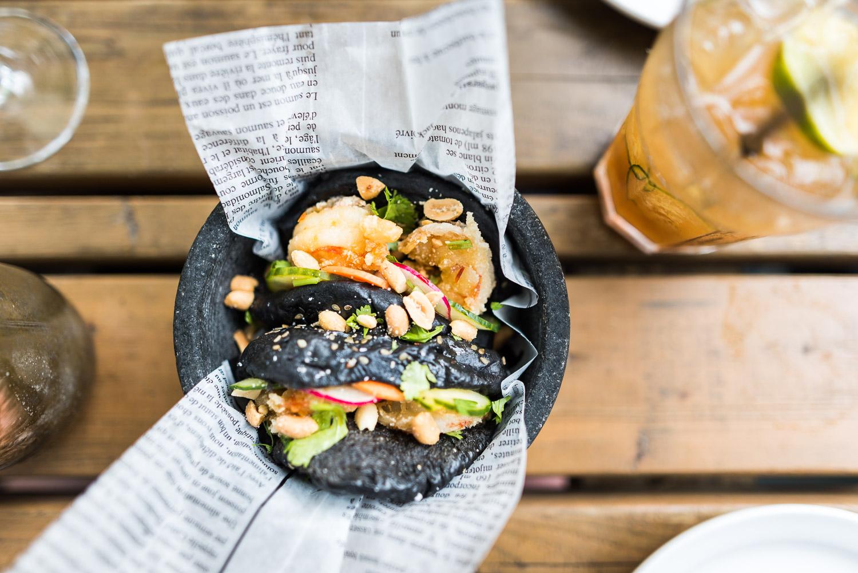 Au pied du mont Royal, le restaurant Hà plonge ses invités dans le concept traditionnel vietnamien des BIA HOI, petits restaurants de coins de rue où l'on mange une cuisine simple et savoureuse.  Monsieur Hà, figure bien connue du quartier, fait équipe avec le chef d'origine laotienne, Ross Louangsignotha. Leur menu, inspiré des saveurs d'Asie du Sud-Est, a été créé afin de s'harmoniser avec la bière fraîche et les vins soigneusement choisis par la sommelière Jessica Harnois.  Toutes les photos sont sous Copyright © 2017 Jeff Frenette Photography / dezjeff. Pour utilisation des photos, me contacter au dezjeff@me.com