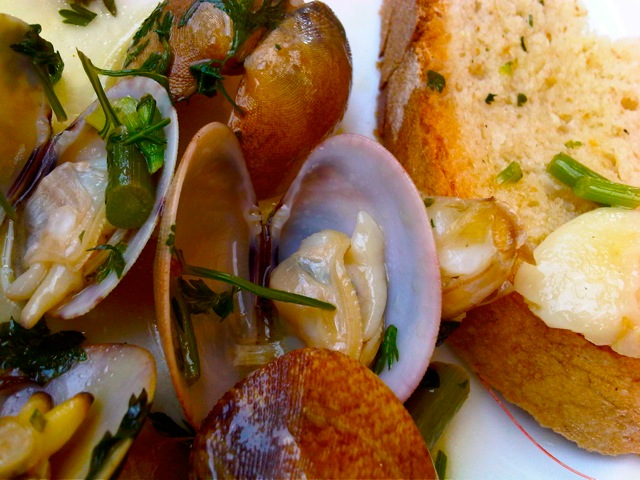 CLAMS COOKED IN OLIVE OIL, GARLIC AND PARSLEY