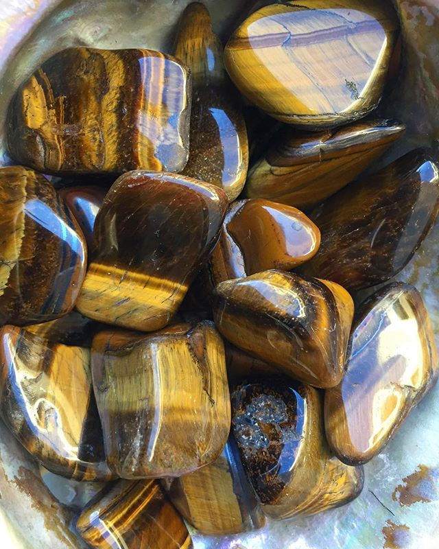 Tigers Eye🐯👁 Working with this versatile stone helps balance your energies, invigorating when sluggish or grounding when overactive. Calm, dark yin harmonizes with zesty brilliant yang. Gazing into the endless layers of this cat's eye can take you back to Egypt or past lives and in hand, you know you're safe. #tigerseye from #africa #chatoyancy #quartz #layers #yin #yang #energy #balance #egypt #pastlives #protection #grounding #masculine #feminine #harmony #kesshocrystals #crystals #bbfluxday