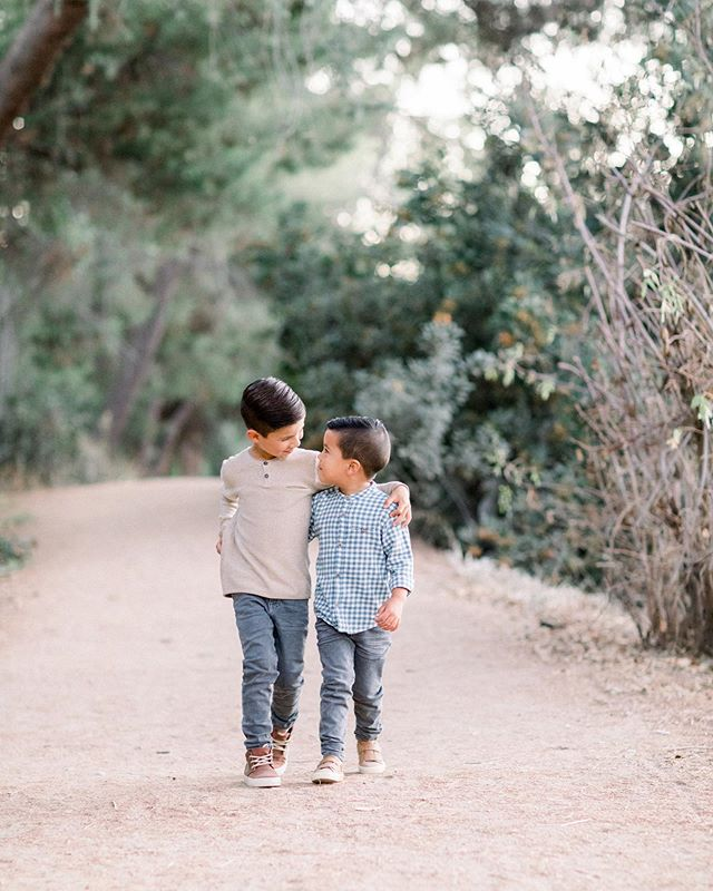 Can't handle how crazy cute these brothers are 😍 LOVE catching up and capturing so many precious families this time of year!!! To see more from this gorgeous family's mid week mini session from tonight, check our story!! ☝🏻