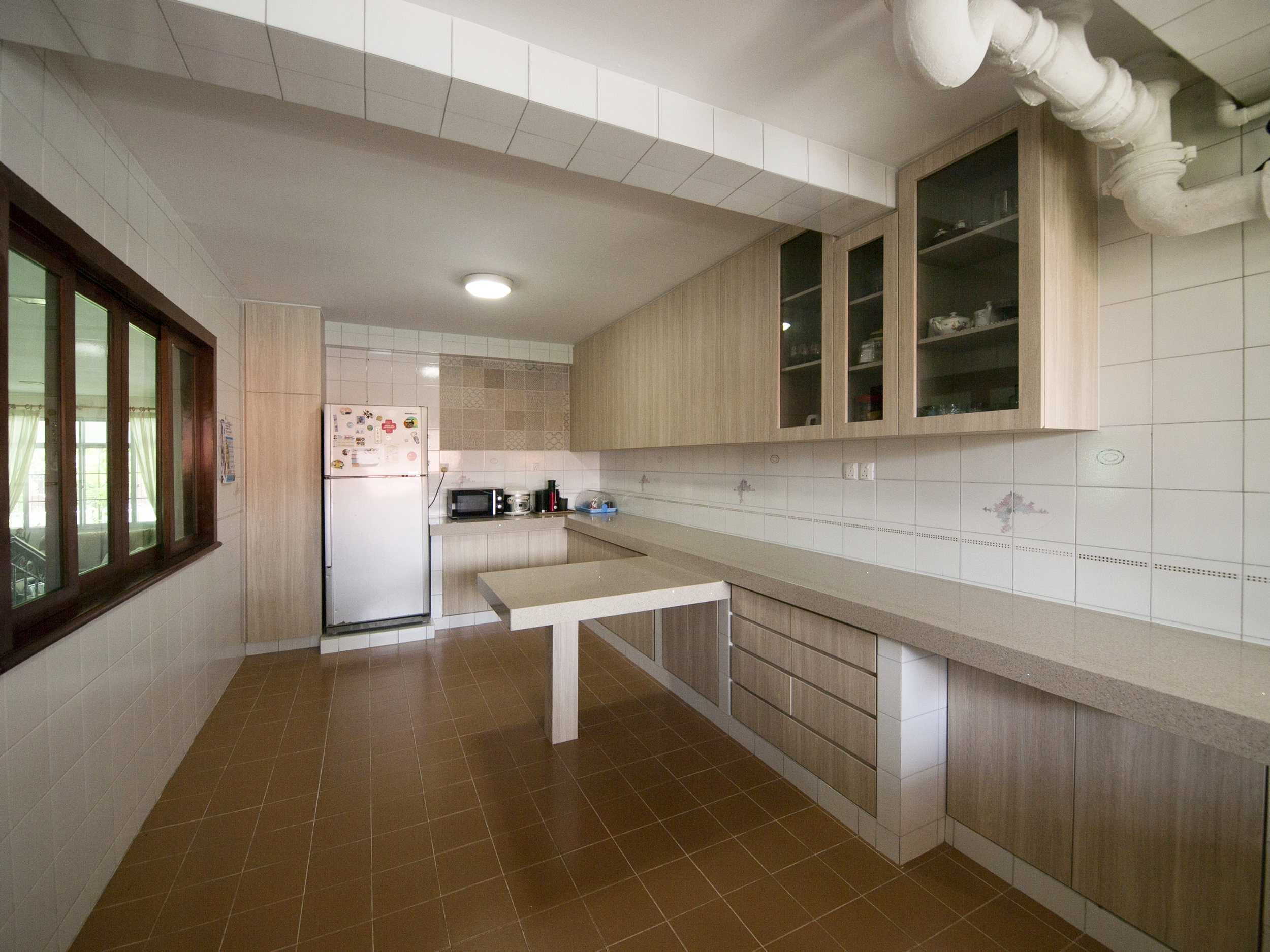 It was a challenge to revamp the kitchen but preserve the original concrete structure for the cabinets and floor and wall tiles. We achieved a brighter, more airy feel for a pleasant cooking experience.
