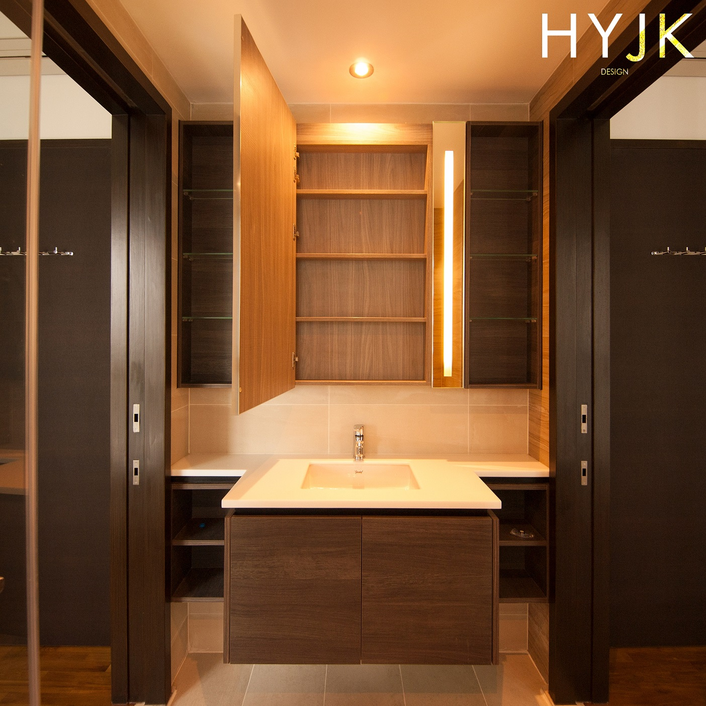 An inviting bathroom with vanity lights