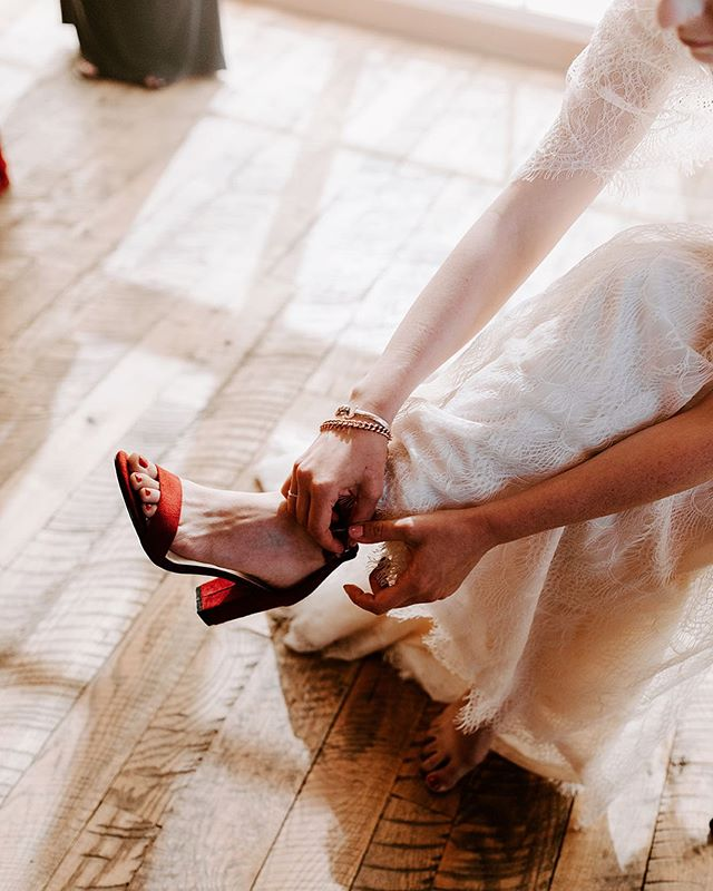 Love love love Angelica's choice of shoe for her wedding day! Maroon is one of my favorite colors to photograph and it's so pretty incorporated into a wedding. 😍