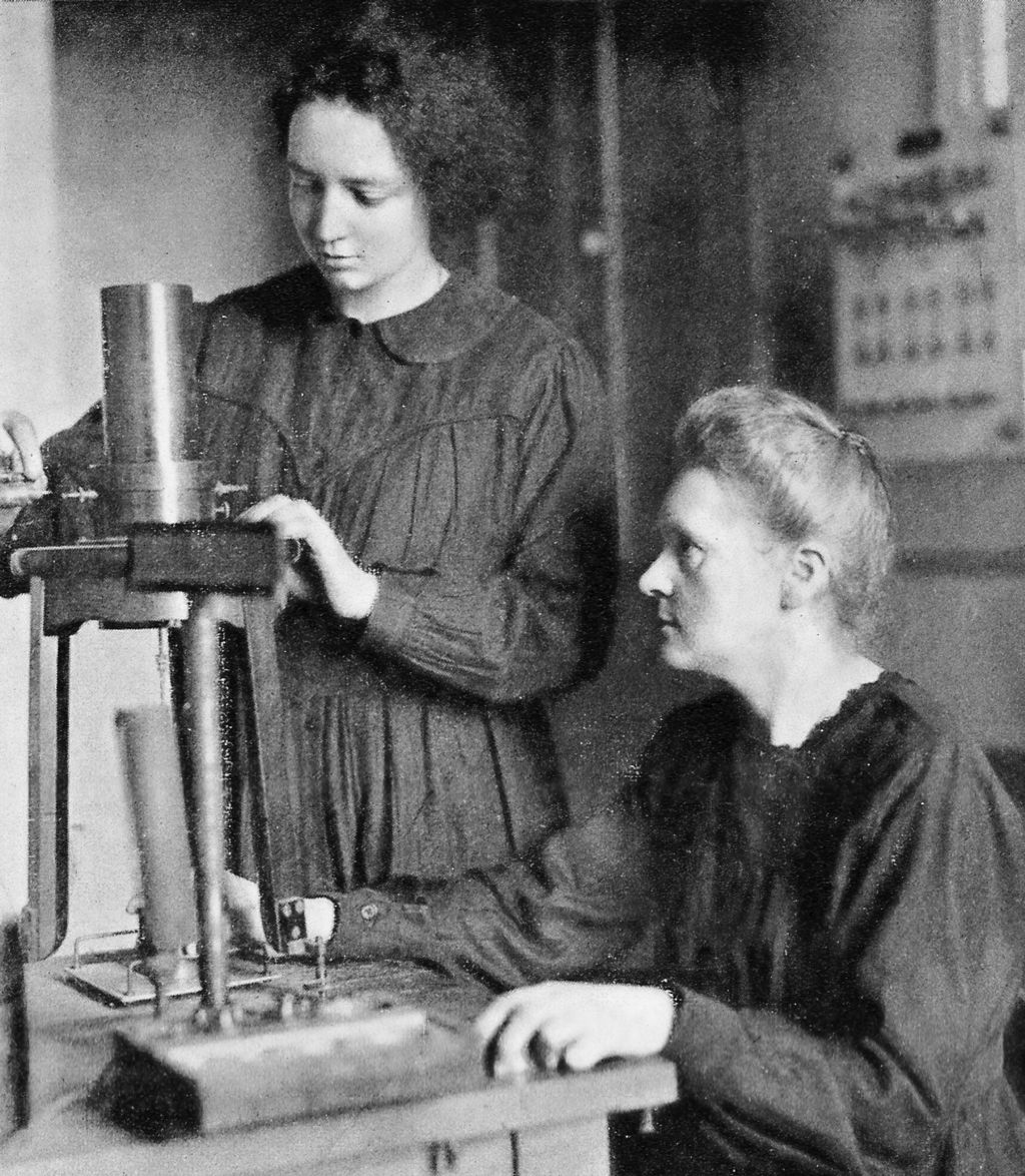 Irène helps her mother, Marie Curie with a piezo-quartz electrometer, circa 1923. Photo via the  Wellcome Trust .