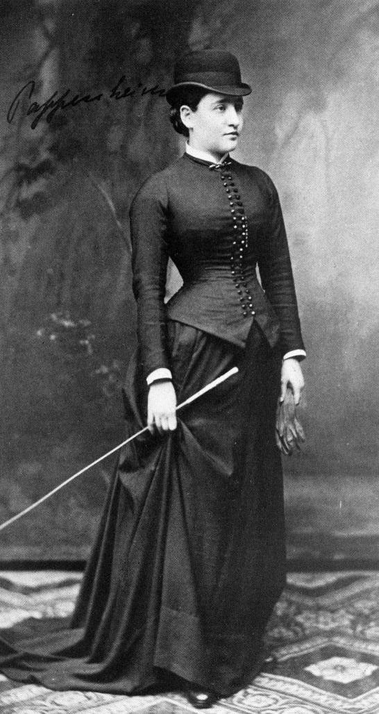 Bertha Pappenheim in 1882 (22 years old). Photography from the archive of Sanatorium Bellevue, Kreuzlingen, Germany via Wikimedia Commons.