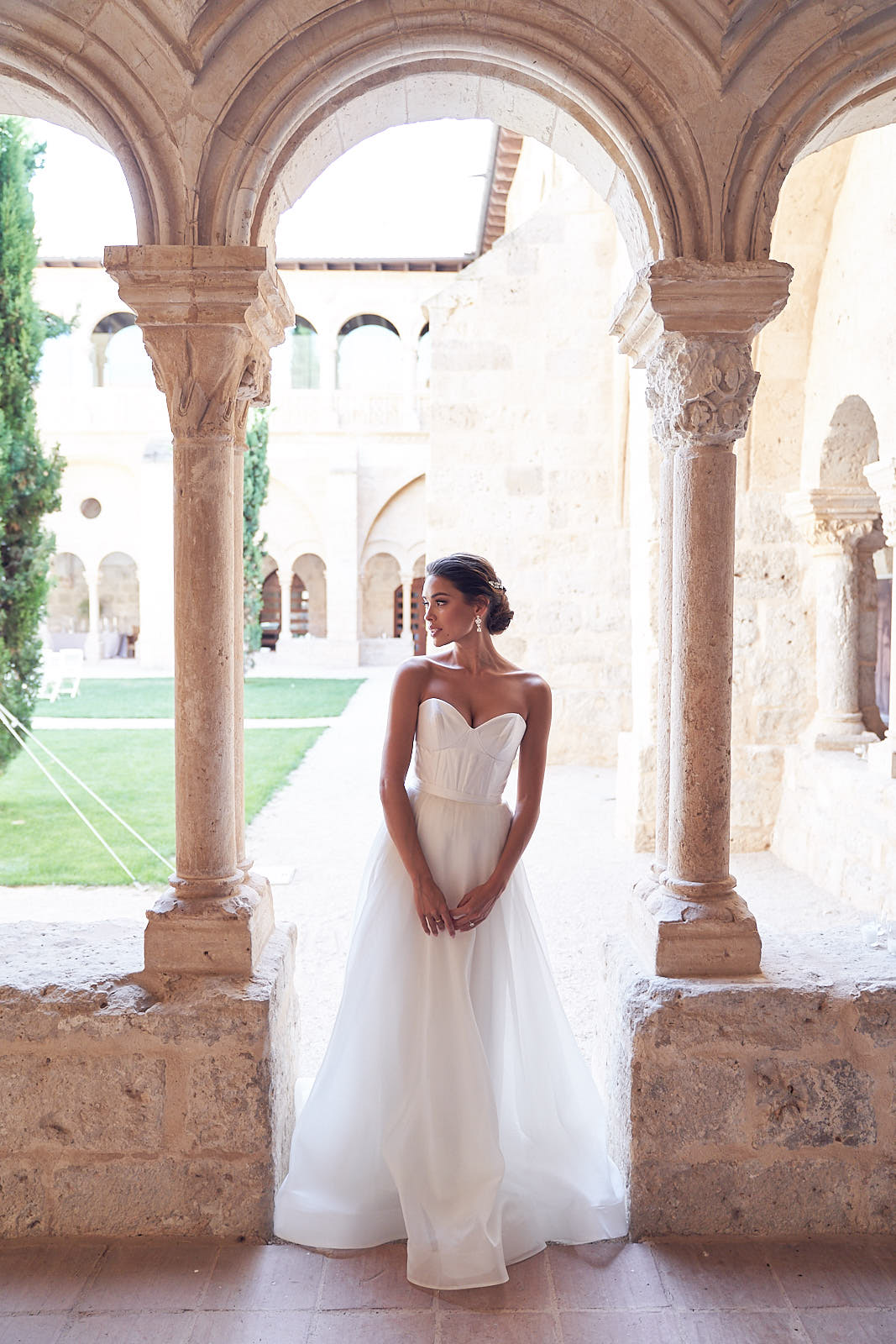 Simple Wedding Dress by Anna Campbell. Photo by Lost In love Photography