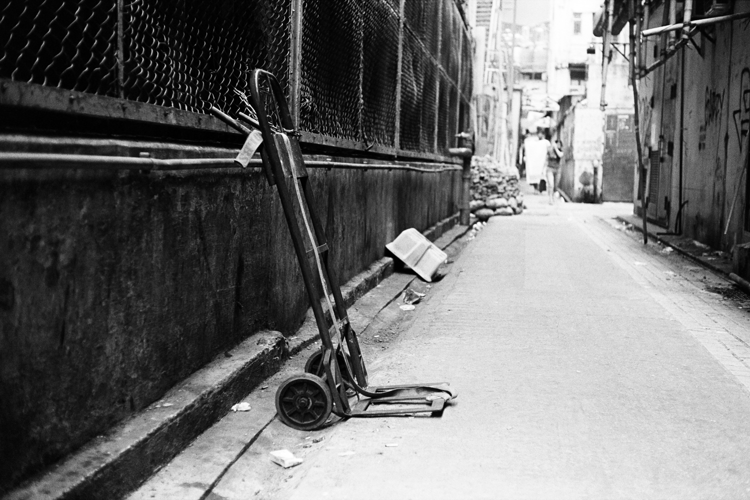 Backalley in Hong Kong - Yashica Electro 35 - Kodak TX400 - XTOL 1:1 - Kodak Pakon Scanner