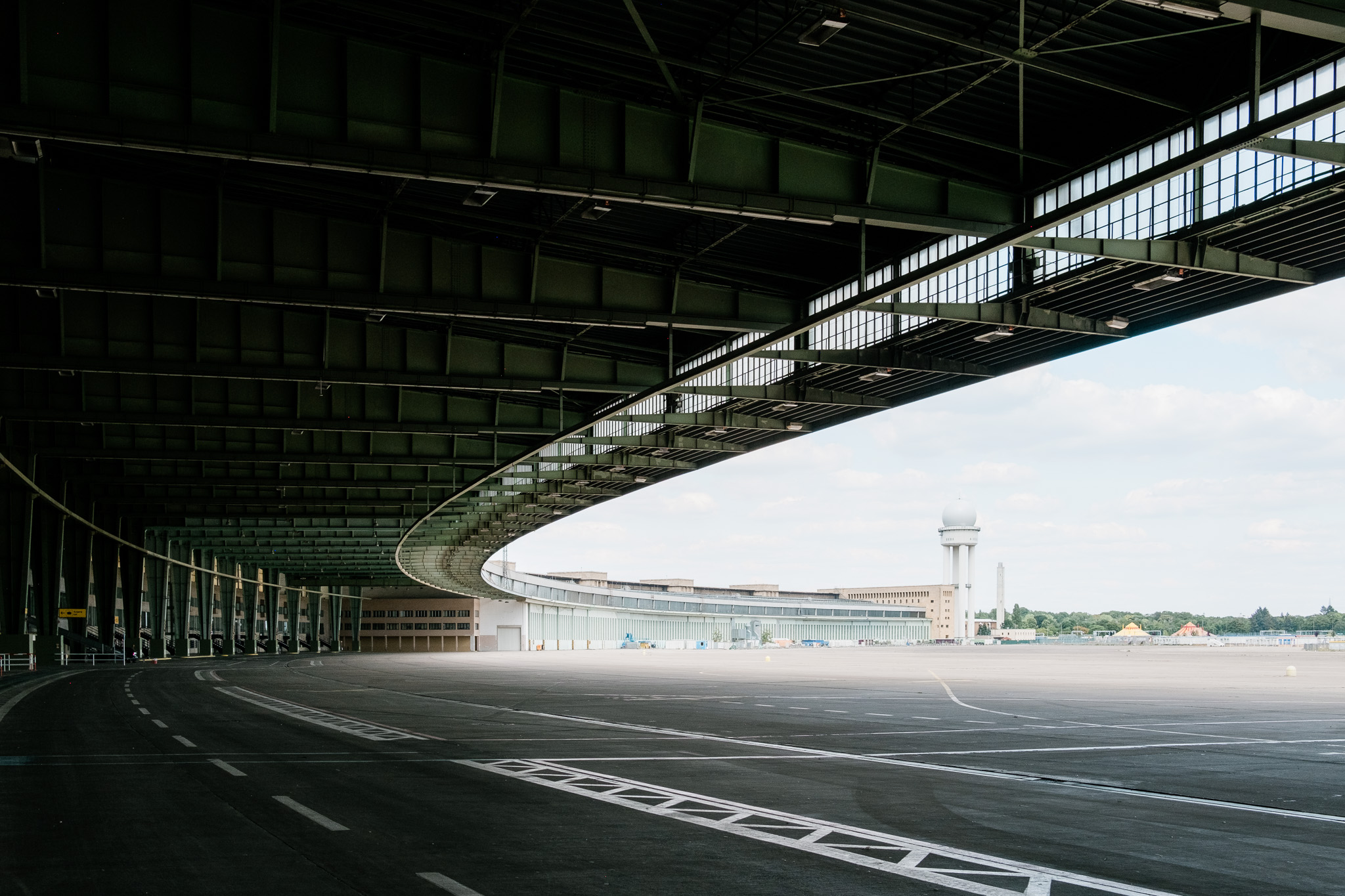 The massive roof allows aircrafts to park underneath and passengers were able to walk to the terminal without getting one's feet wet.