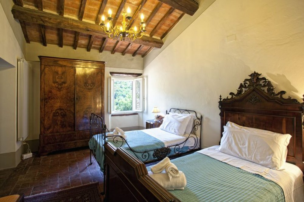 cortona-villa-twin-bedroom-2.jpg
