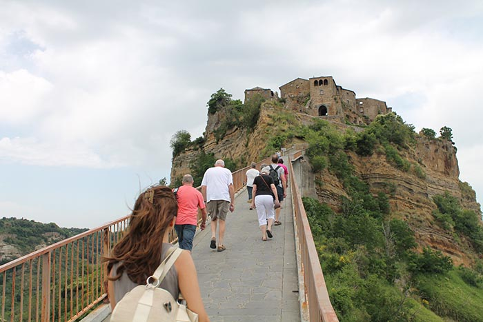 walking-to-civita-di-bagnoregio.jpg
