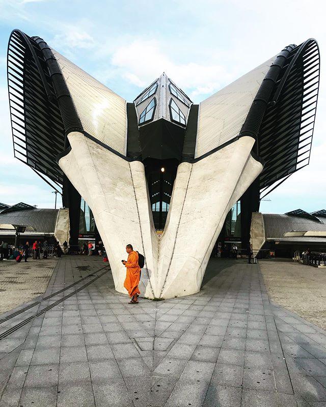 Saint exu - Lyon #trainstation #aeroport #airport #lyon #architecture #streetphotography #streetphoto #streetart @villedelyon @rhone @region_auvergnerhonealpes @streetart_official @architecturepic