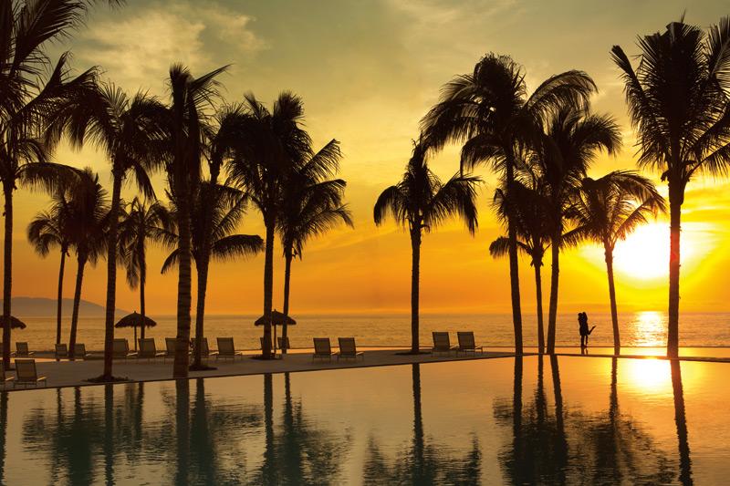 SEVPV_CoupleInfintyPool_Sunset_2.jpg