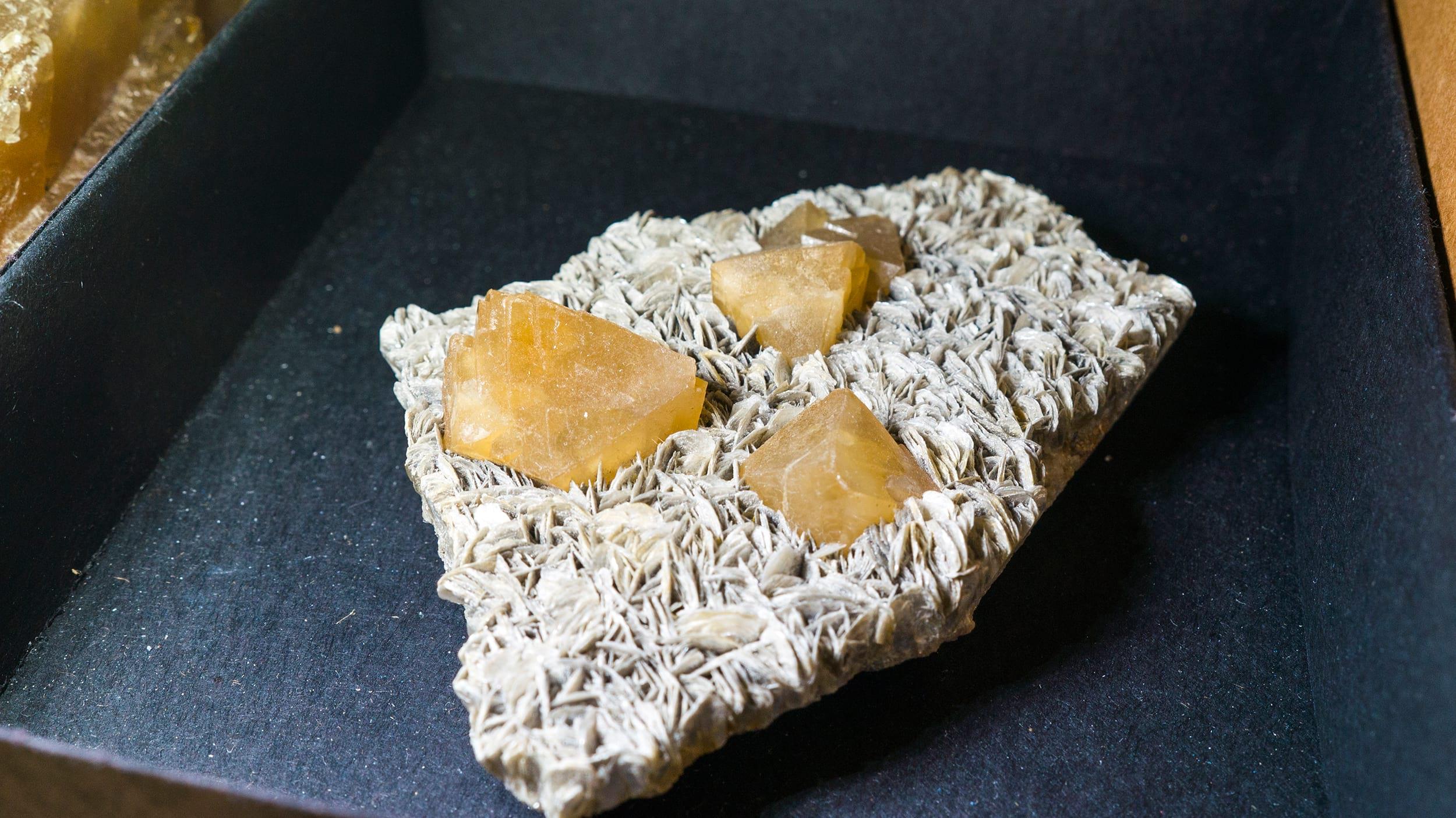 Wonderful well terminated scheelite on muscovite from China