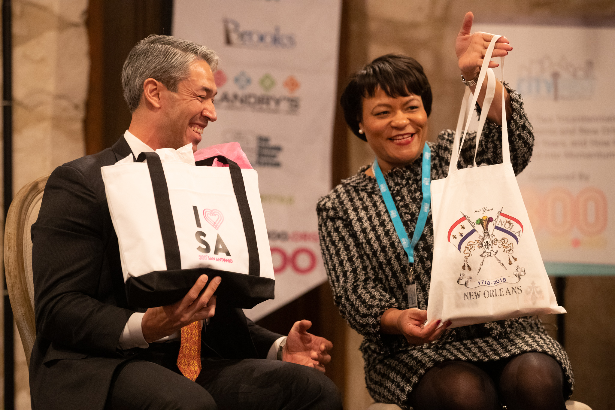 The Rivard Report: City Fest 2018 - New Orleans Mayor LaToya Cantrell shows off her gift to San Antonio Mayor Ron Nirenberg before their gift exchange during City Fest 2018 at the Southwest School of Art. Photo by Michael Cirlos