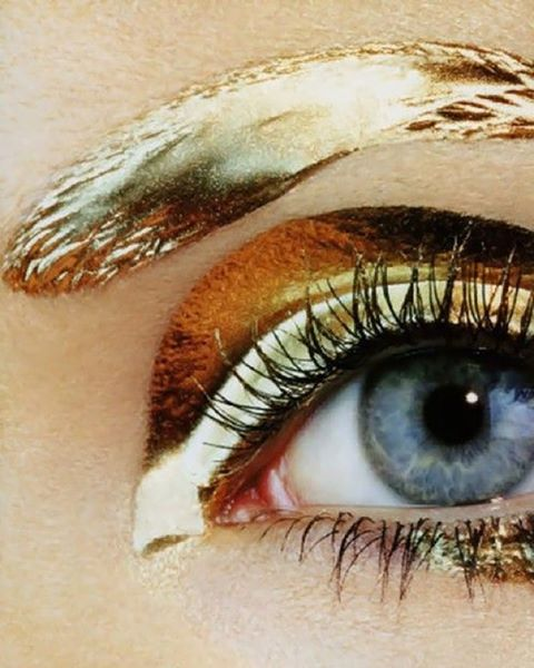 How was your weekend?! We are back💫Stay tuned for exciting news! #gold #makeup #eyes #brows  #glitter #blueeyes #makeupaddict #beauty #amazing #christmas #london
