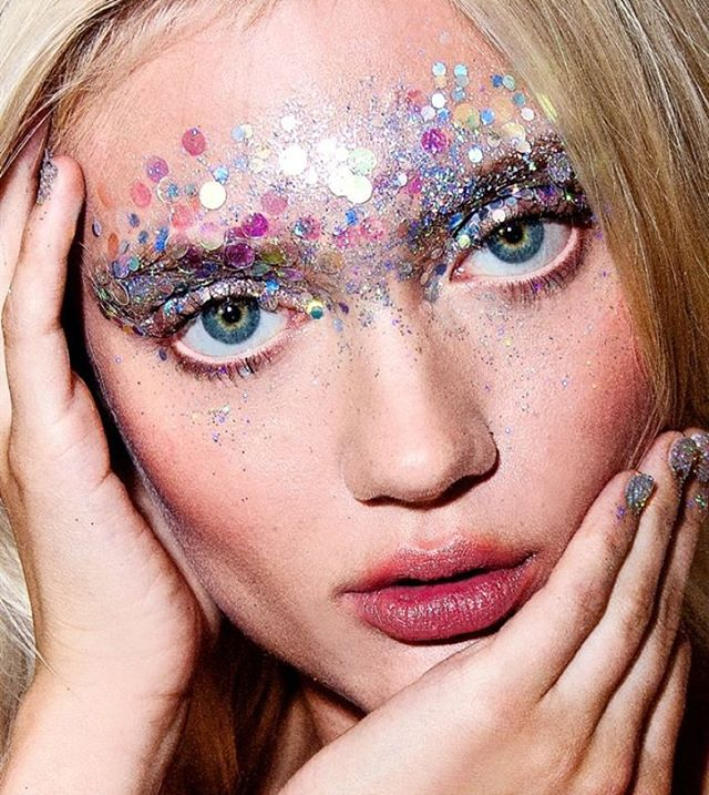 Iridescent is our favorite colour! Here is another Christmas makeup inspiration because ITS 16 DAYS TO GO✨💫🎉🎊💃 #christmas #christmaslook #makeup #makeupaddict #glitter #shimmer #iridescent #face #eyes #sparkle #stickers #silver #christmasparty #party