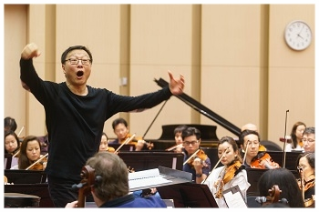Bright Sheng rehearses  Rising Moon .