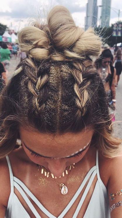 Tranças   Como diz aquele ditado: nada novo sob o sol! Clássicos nos festivais, os penteados trançados são apostas certeiras para arrasar. Somados ao glitter, acessório indispensável no carnaval, não tem erro.