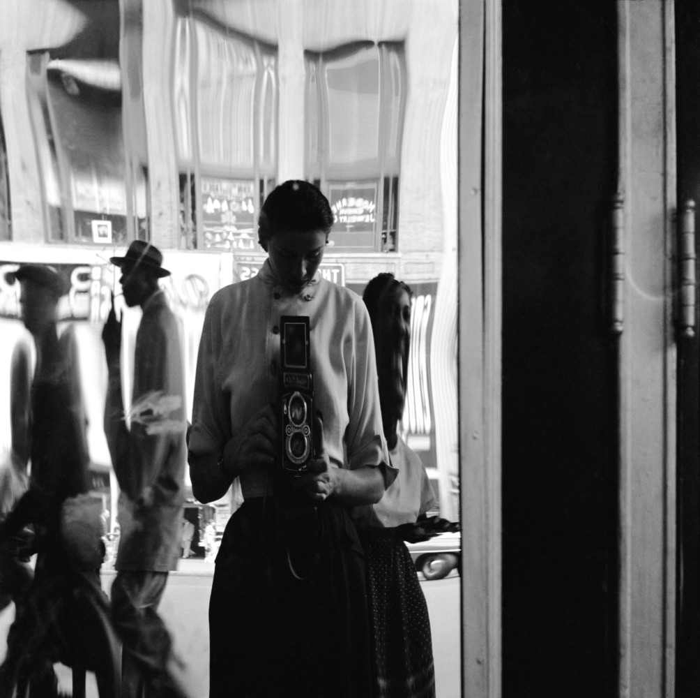 USA. New York City. 42nd Street. Self-portrait. Eve ARNOLD in a distorting mirror. 1950.