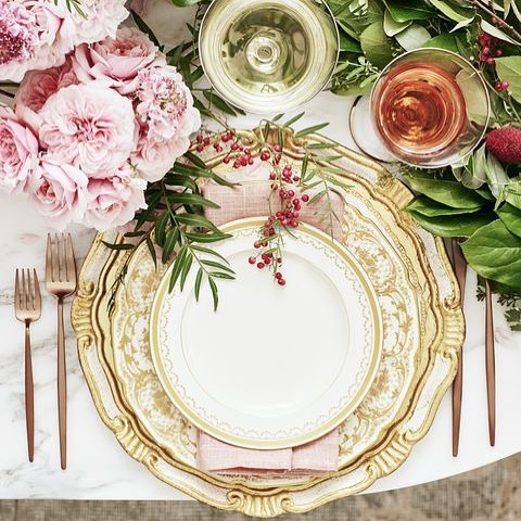 It's December! Break out the #fancyplates or dress up your everyday #dishes to create a festive place setting 🍽 A runner of fresh greenery and blooms will last all month. 📷: @justincoit @goodhousekeeping