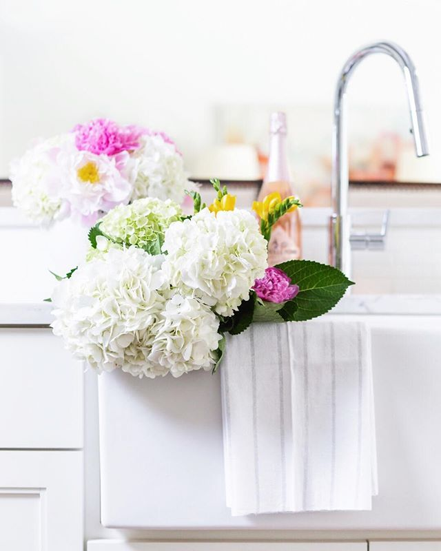 SOS: After seeing ALL of the blooming cherry blossoms on my trip to DC, I'm having flower withdrawals. 🌹🌺🌷🌸 One of my favorite ways to brighten up my home (and my entire life, tbh) is with fresh flowers. Who's with me? 🌼💐🌻 Right now, I'm loving these hydrangeas that @lizleewhite had on hand for her brand shoot! 😍 What are your favorite blooms to pop into a vase at home?