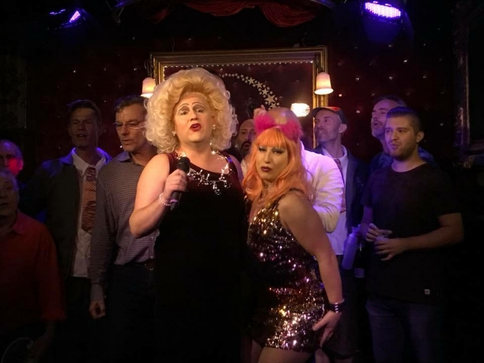 Presentatrices Carry Sleehak en Nutella tijdens songcontest september 2017 in Queers / Presenters Carry Sleehak and Nutella during songcontest September 2017 in Queers